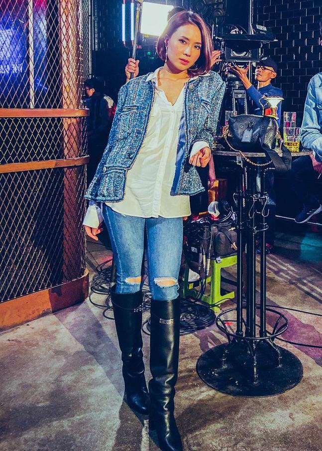 Vẫn giữ vẻ đẳng cấp chuẩn con nhà giàu, Minh Châu lên bar mặc đồ cực ngầu tôn khí chất.