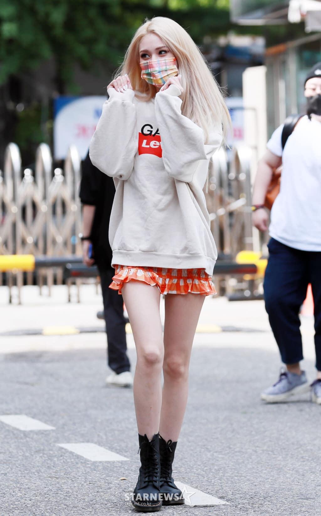 Trang phục khoe chân cũng được idol sinh năm 2001 diện tích cực khi đi làm, tạo nên vẻ trẻ trung, năng động phù hợp lứa tuổi.