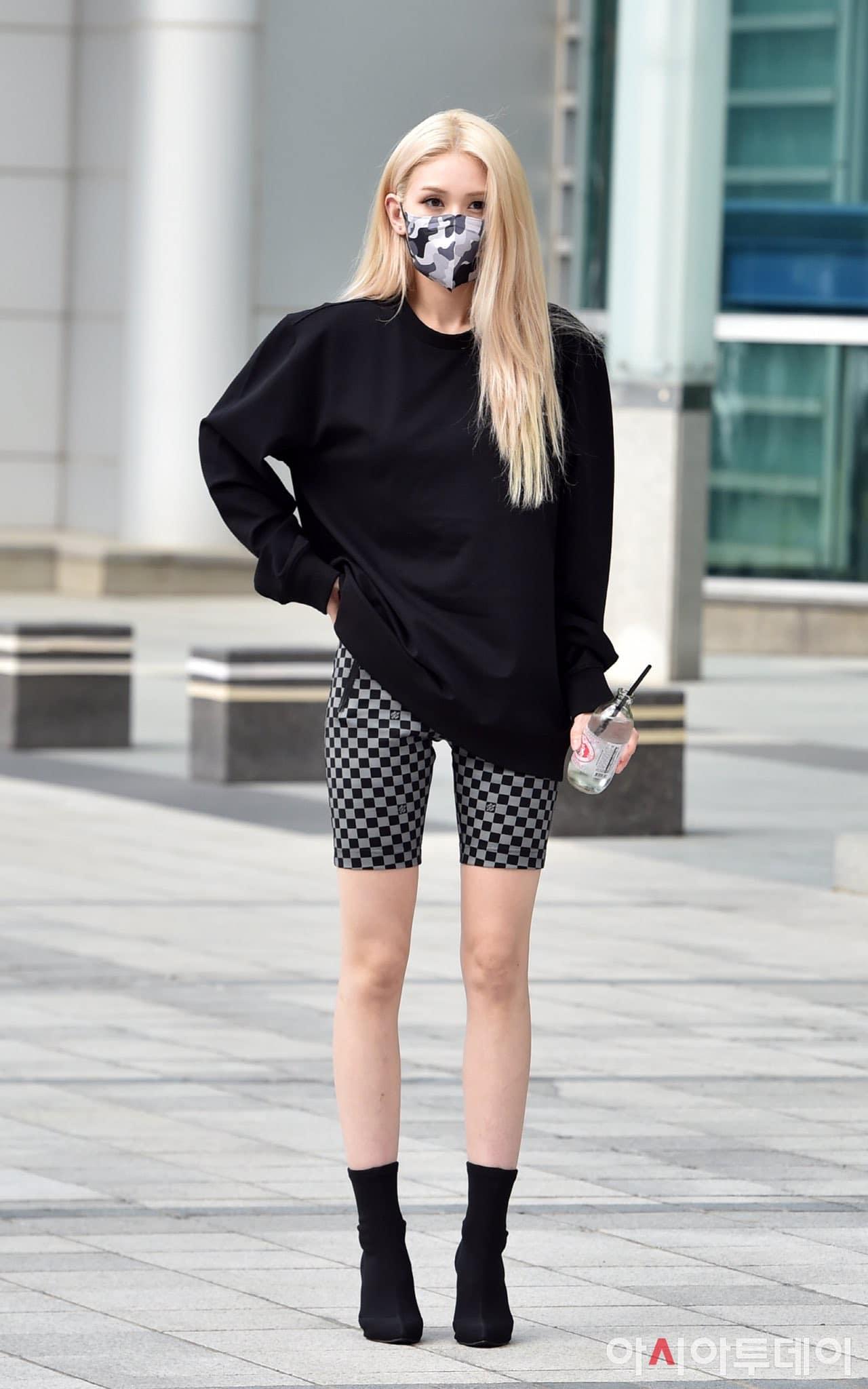 Kết hợp áo nỉ cùng chân váy hay biker shorts, cô nàng đều khoe được đôi chân nuột nà, thẳng tắp không tì vết.
