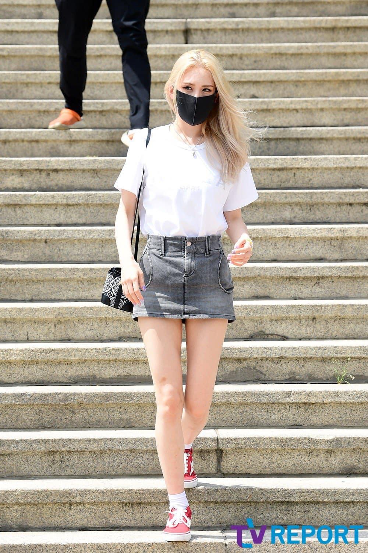 Mặc áo phông với chân váy jeans siêu ngắn, Somi tôn đôi chân thon dài như kiếm Nhật.
