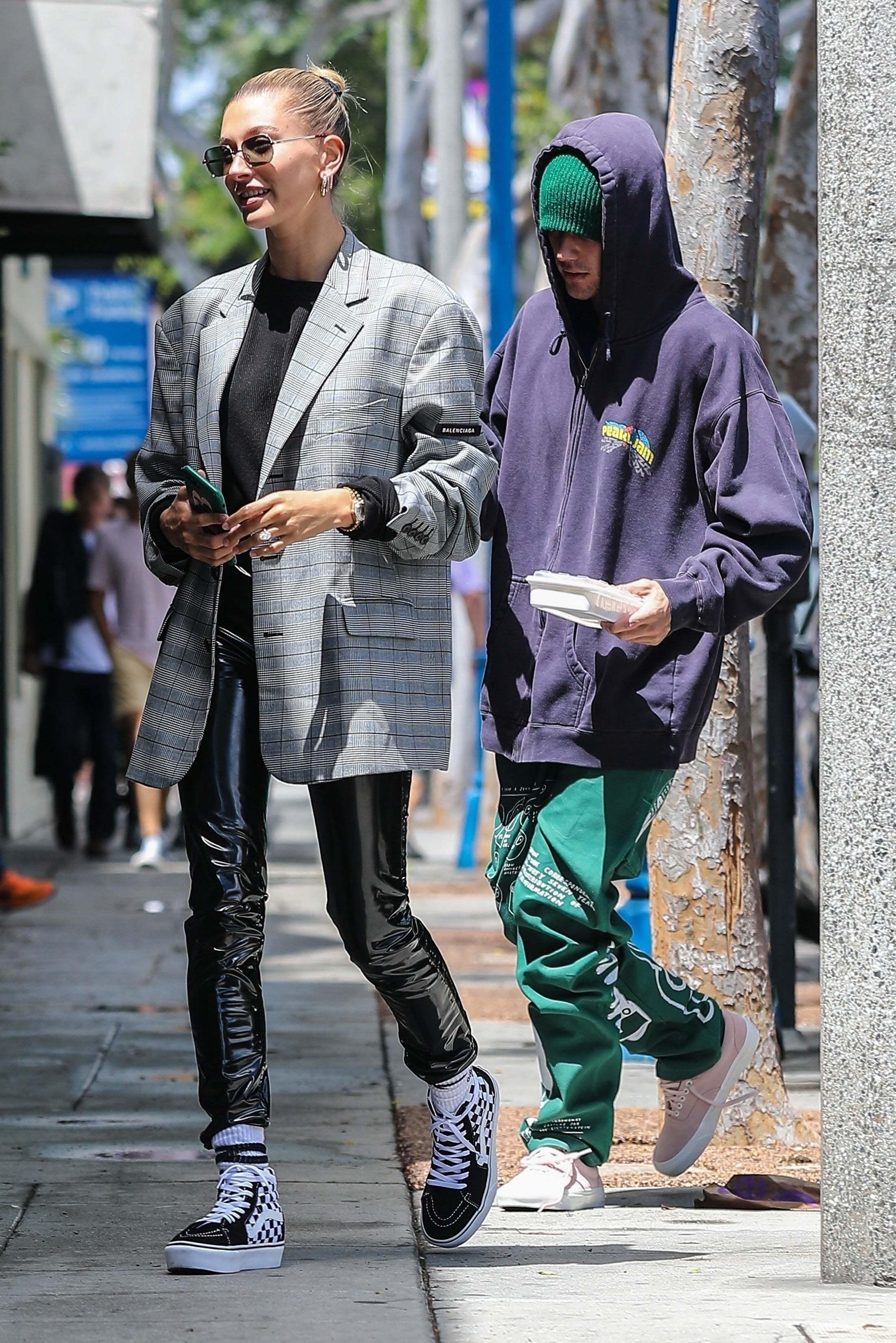 Bên cạnh phong cách ăn mặc có nhiều khác biệt, Justin còn thường xuyên đi sau vợ. Điều này khiến anh chàng trông càng bé nhỏ như đang được che chở.