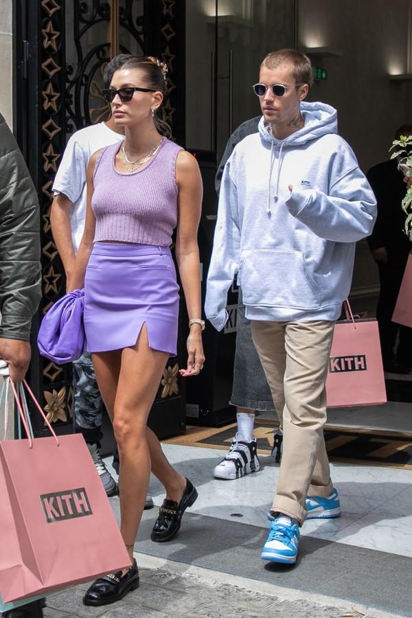 Nếu như Hailey luôn chỉn chu trang phục từ đầu đến chân, hoàn hảo đến từng phụ kiện thì Justin có phần ngẫu hứng trong cách ăn mặc, trông chẳng khác gì mới ngủ dậy.