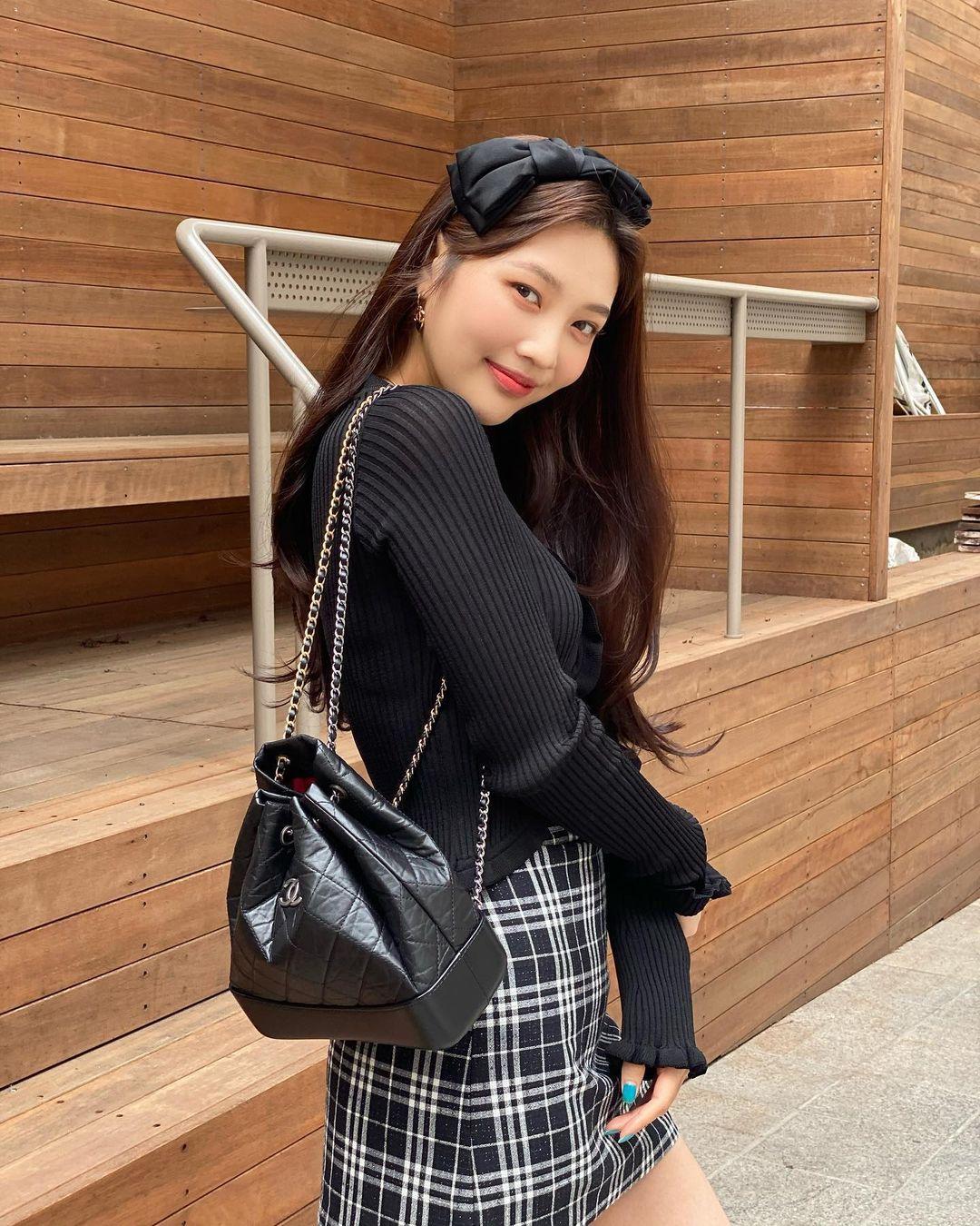 Từng bị nhận xét là bắt chước Jennie khi thử nghiệm phong cách Y2K nhưng sau một năm, Joy chứng minh là một biểu tượng high teen đích thực.
