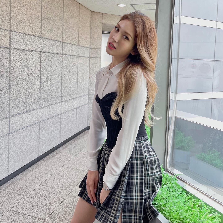 Vóc dáng mảnh mai giúp Somi dễ dàng chinh phục mọi kiểu mix đồ layer. Nữ idol đặc biệt lăng xê tích cực chân váy ngắn, croptop, họa tiết caro... đặc trưng năm 2000.