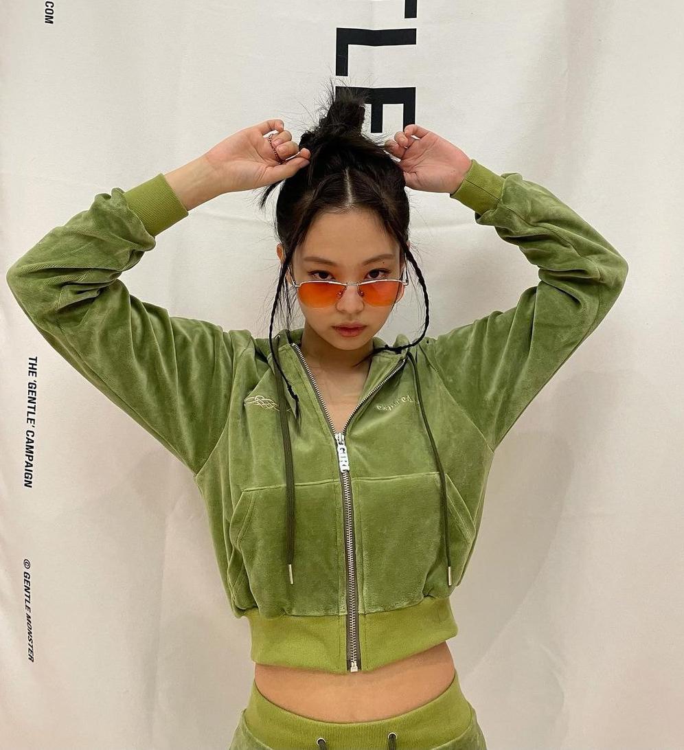 Sức mạnh truyền cảm hứng của Jennie được thể hiện trong việc cô mang hàng loạt trào lưu năm 2000 đến gần hơn với giới trẻ hiện đại. Nhiều kiểu làm đẹp dù rất kén vẫn gây sốt như thường.