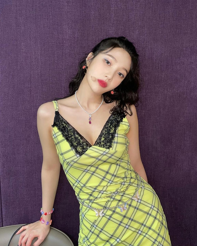 Từ trang phục đời thường cho đến đồ diễn của nữ idol gần đây đều mang đậm ảnh hưởng của văn hóa đại chúng những năm 2000.