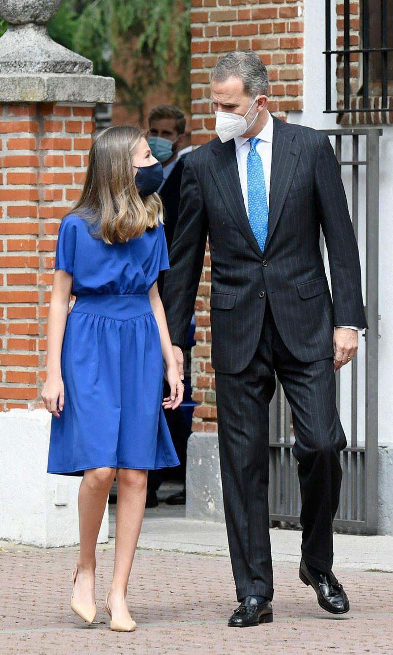 Công chúa có lựa chọn màu váy xanh biểu tượng hòa bình, đồng điệu với cà vạt của Vua cha khi cùng xuất hiện tại sự kiện của Hoàng gia.