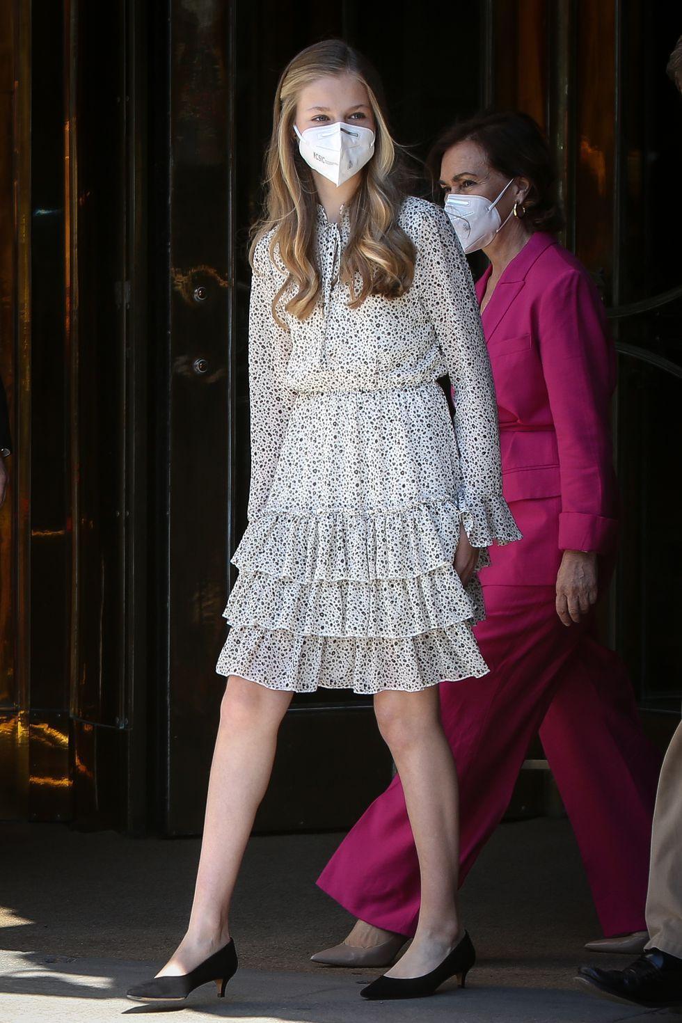 Công chúa Leonor duyên dáng trong mẫu váy xếp bèo ngọt ngào, ở tuổi 16, cô thường xuyên lựa chọn giày búp bê hoặc giày có độ cao vừa phải.