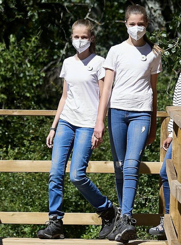 Mặc dù là Nữ vương quyền lực trong tương lai nhưng Leonor cũng giống như bao cô gái tuổi 16 khác, cũng đơn giản và phóng khoáng với áo phông, quần jeans.