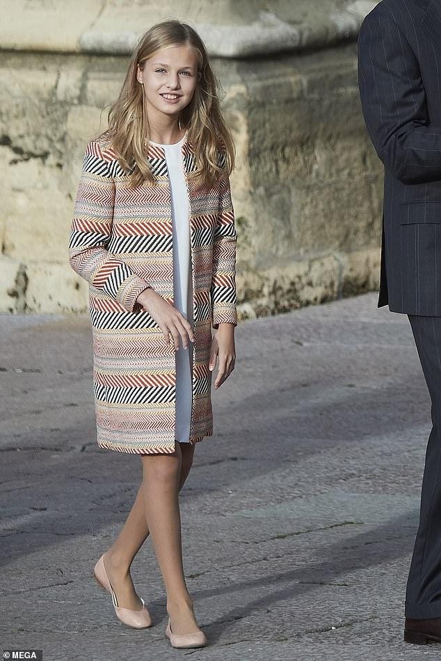 Cũng giống như giới hoàng gia, Leonor thích mặc váy suông nhẹ, các kiểu áo khoác dáng dài với những tông màu trang nhã. Giày búp bê bệt cũng là điểm đặc trưng trong phong cách đơn giản mà sang của nàng công chúa.