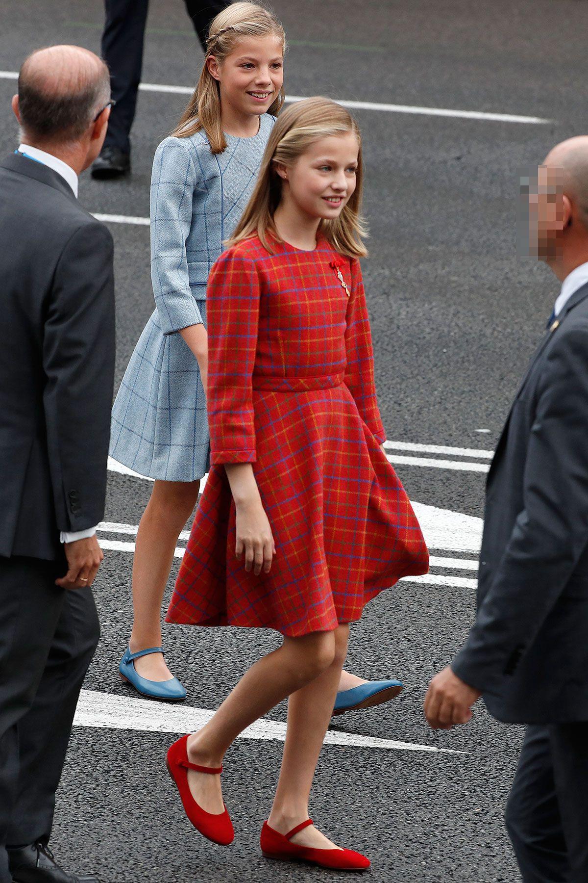 Ngoài tông xanh hoàng gia, công chúa tuổi teen cũng thích trang phục màu đỏ giúp tôn lên vẻ đẹp trẻ trung, tươi tắn.