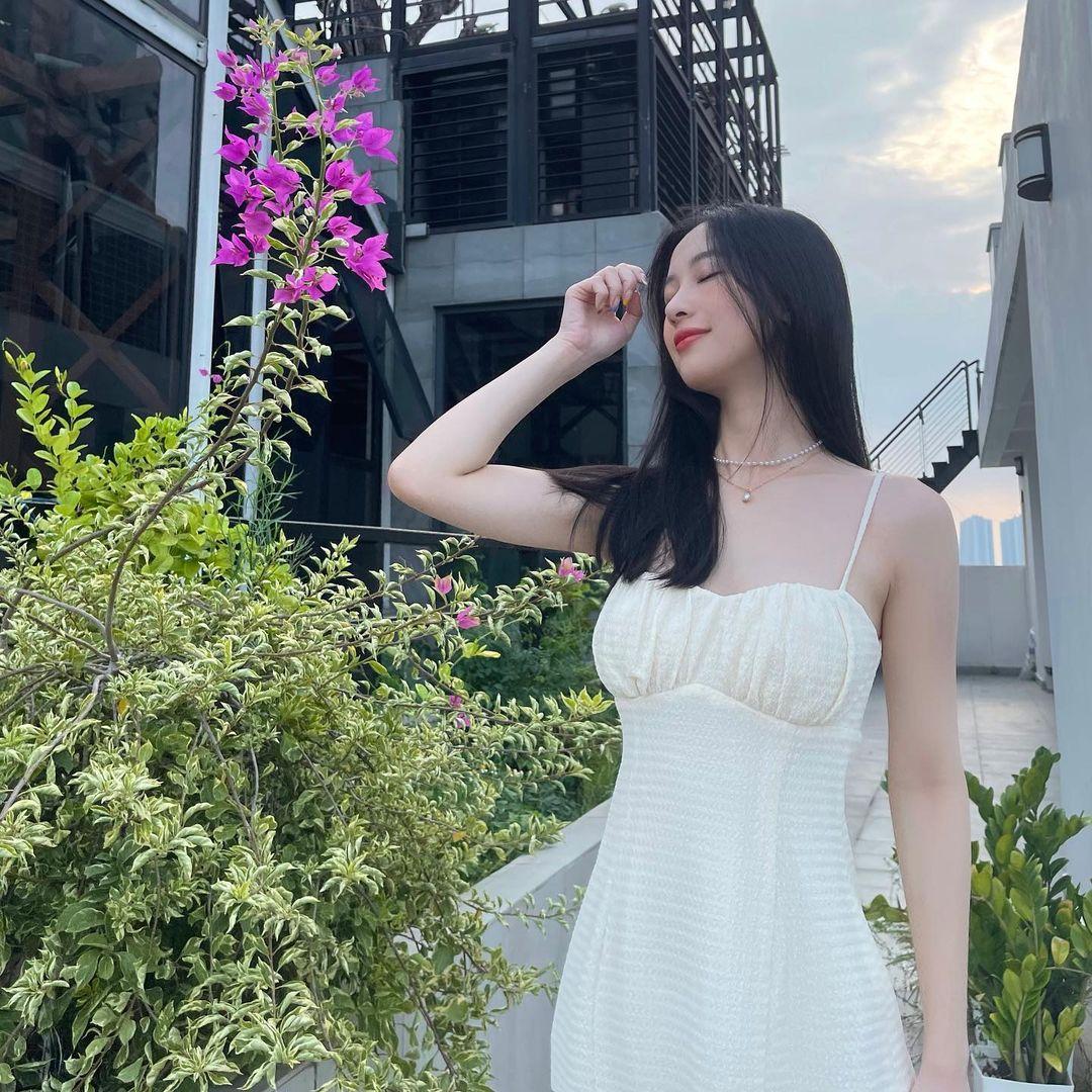 Chiếc váy hai dây của một local brand mang đến cho Jun Vũ vẻ đẹp trong trẻo nhưng vẫn khoe khéo làn da trắng ngần gợi cảm.
