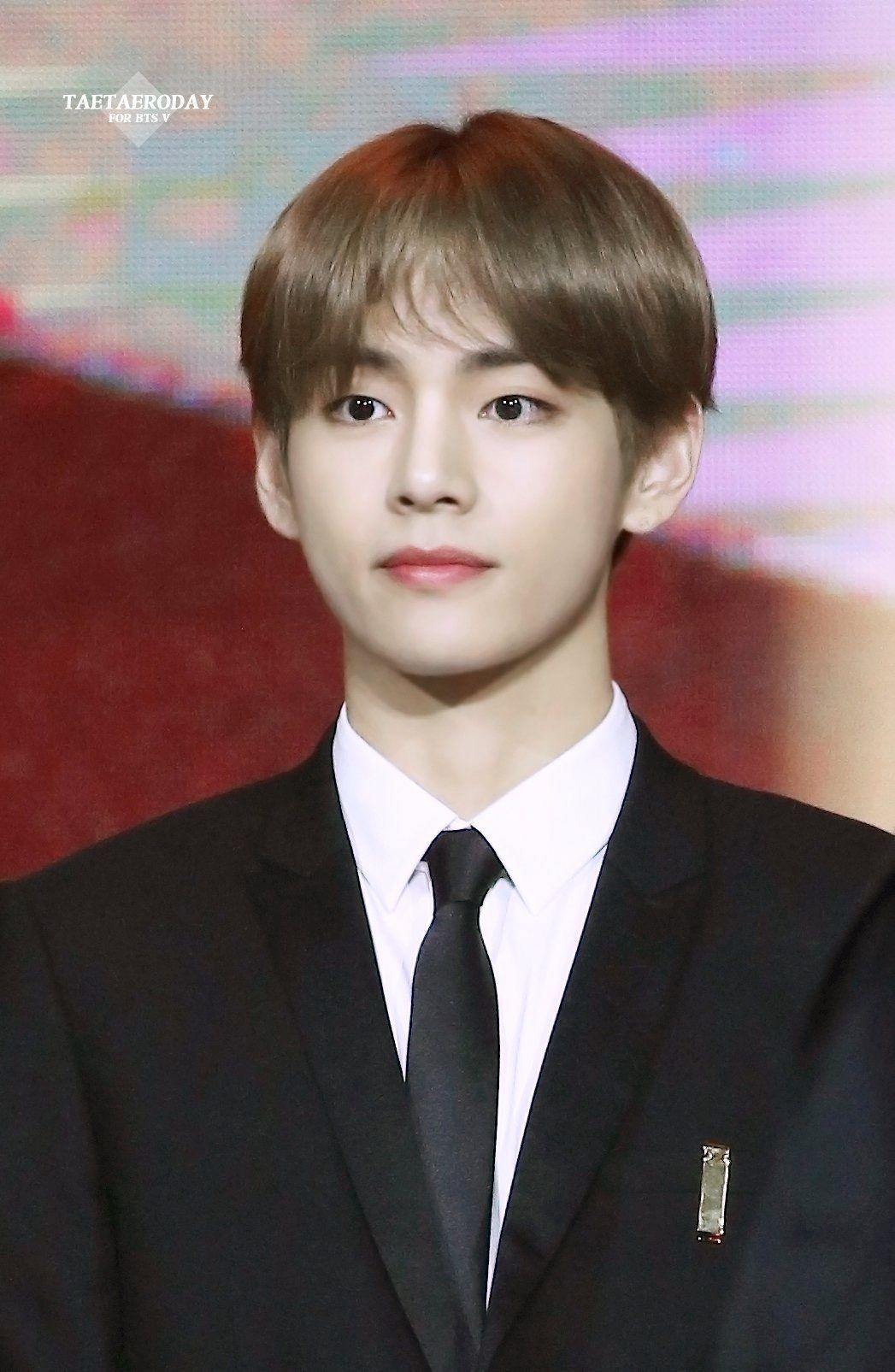 ...gợi nhớ đến loạt khoảnh khắc từng gây bão khi V tham dự Korean Popular Culture Awards hồi tháng 10/2018.