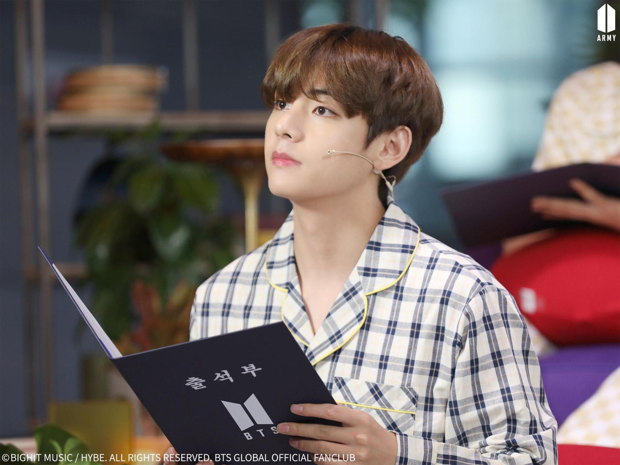 Ảnh mới của V (BTS) khiến fan ngỡ như thời gian bỏ quên suốt 3 năm