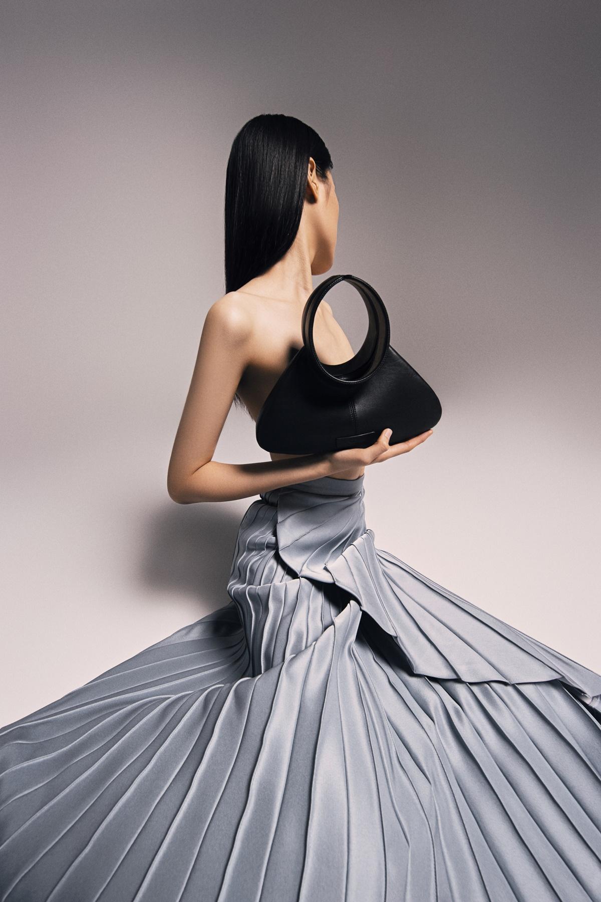 Quai túi được cách điệu từ cổ áo dài truyền thống.