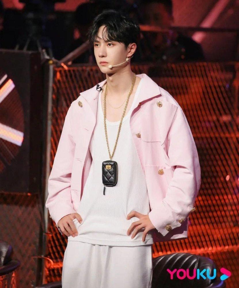 Vương Nhất Bác mặc áo khoác màu hồng từ bộ sưu tập quần áo nữ mùa thu 2020 của Chanel trên Street Dance of China.