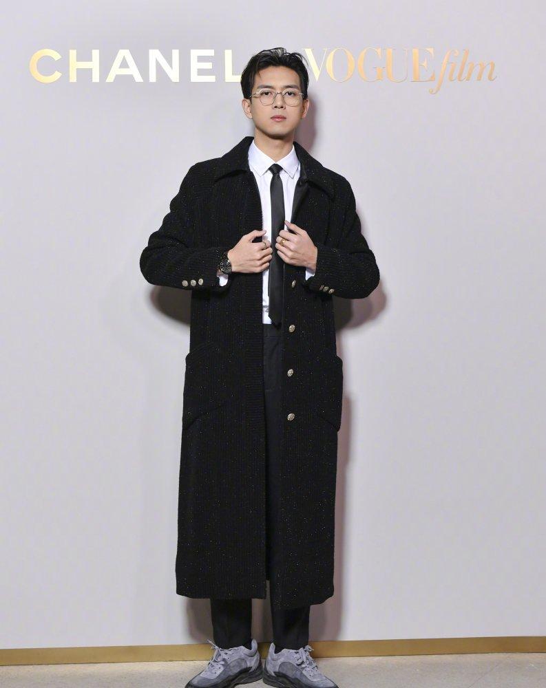 Lý Hiện mặc một chiếc áo khoác trong bộ sưu tập dành cho nữ của Chanel tại bữa tiệc Vogue.