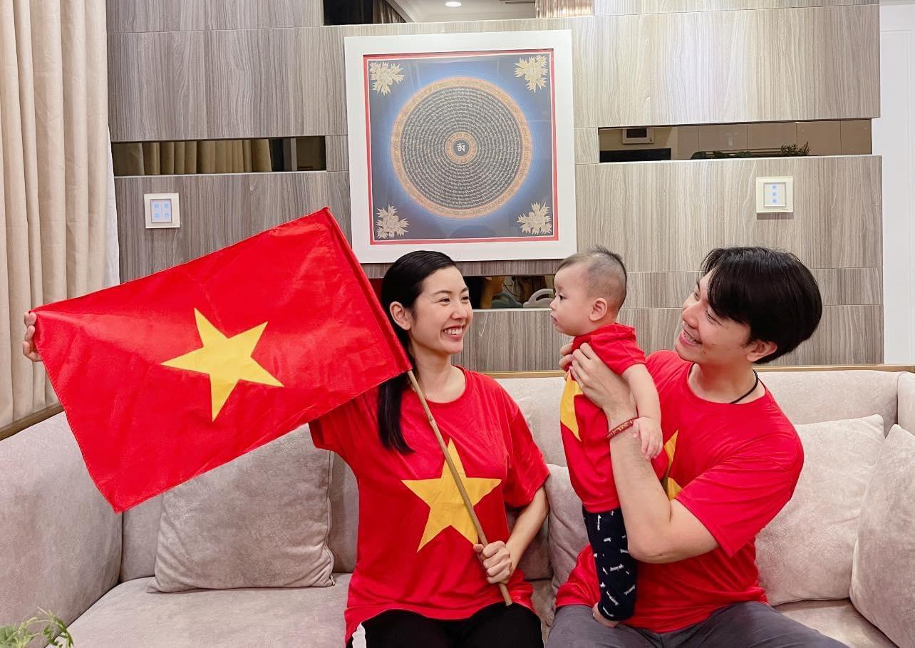 Gia đình Thúy Vân với màn đi bão tại gia. Chúc các cầu thủ tài năng của chúng ta ra sân tràn đầy khí thế, vững tâm thi đấu và tiếp tục mang niềm tự hào về cho Việt Nam, Á hậu viết.