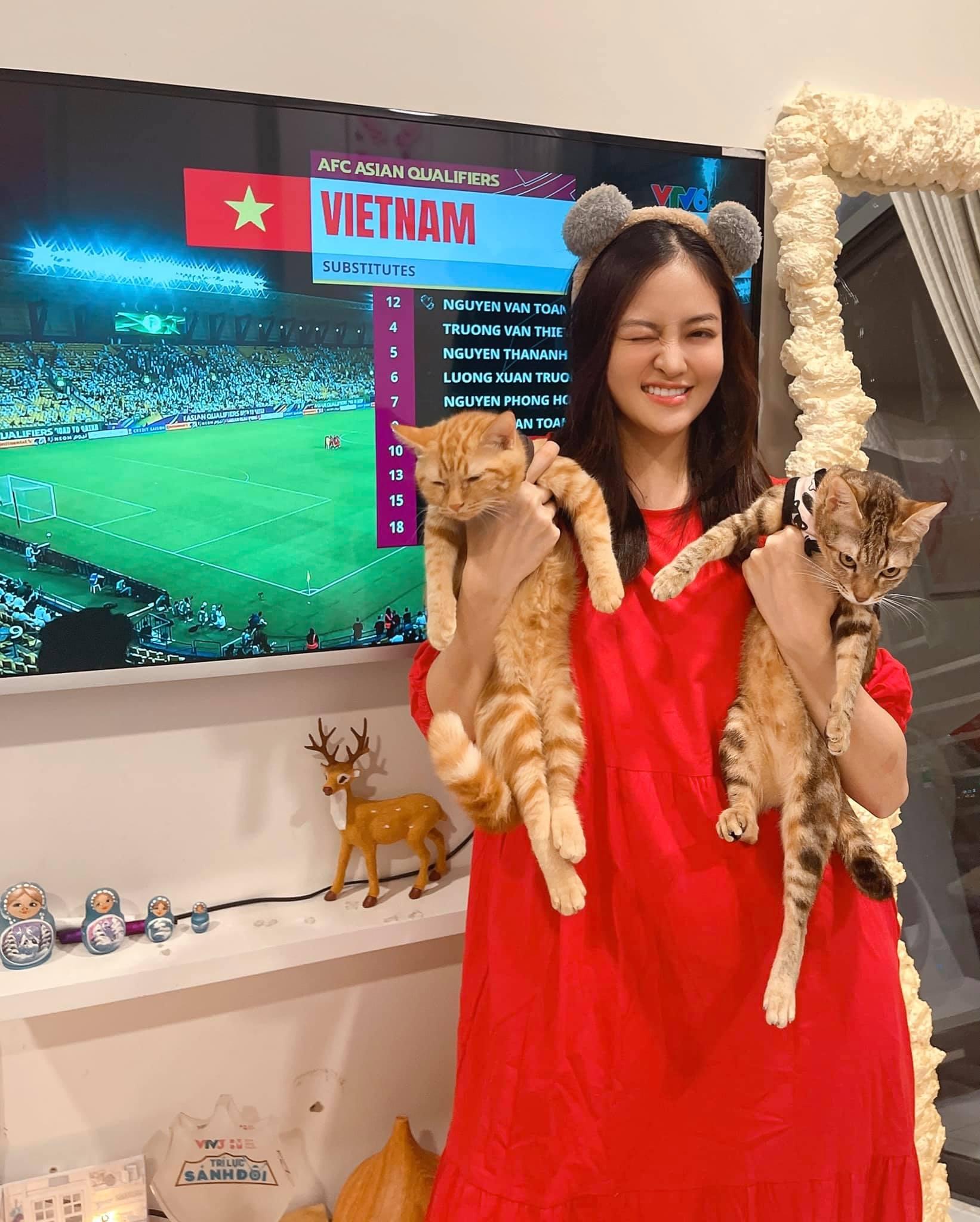Diễn viên Thùy Anh cũng nhập cuộc, hòa chung không khí bóng đá cùng hàng triệu người hâm mộ. Cô vỡ òa cảm xúc khi tuyển Việt Nam ghi bàn mở tỷ số. Quá tuyệt vời, thật không dám tin luôn, cô cảm thán.