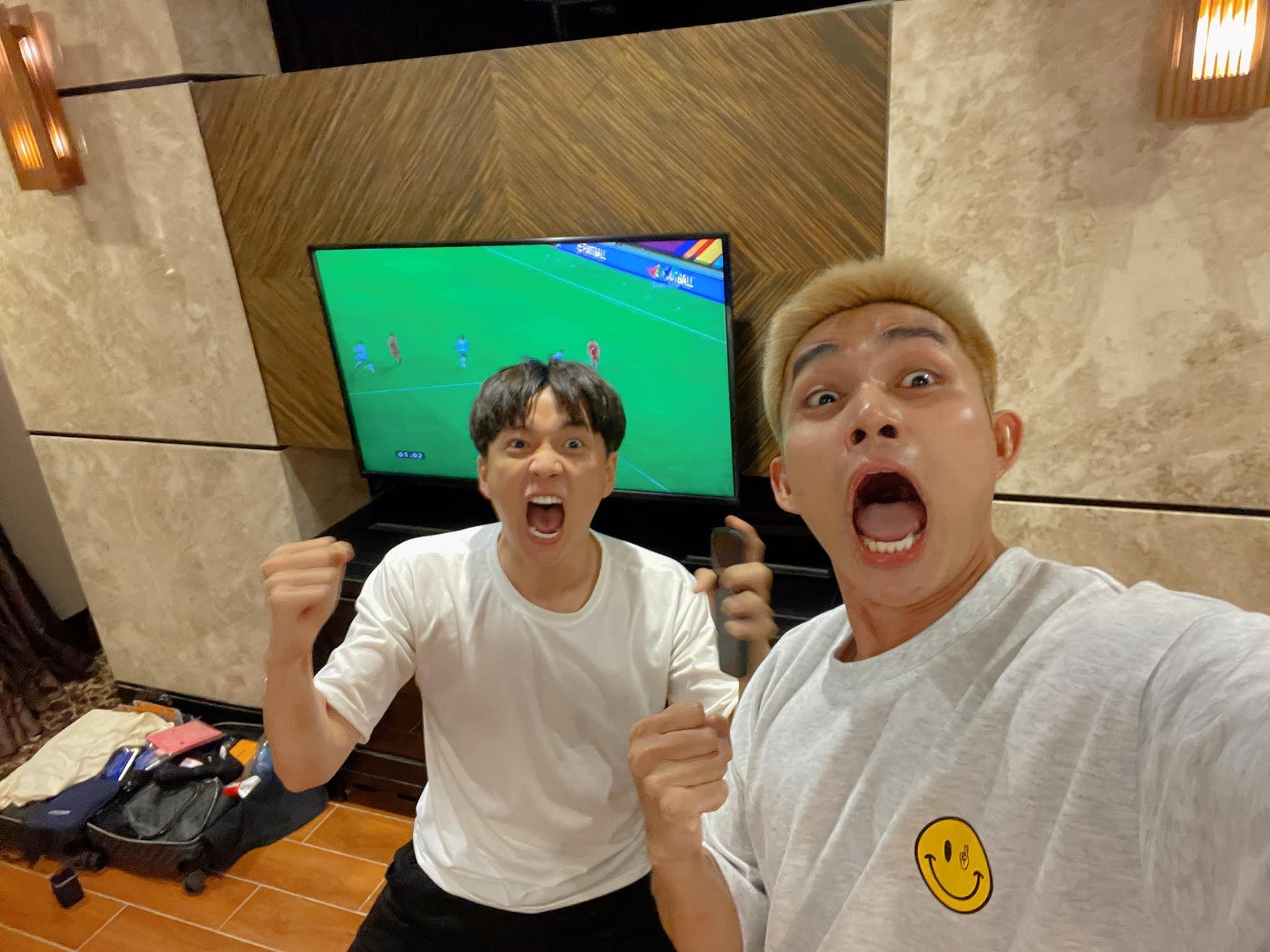 Rất nhiều người Việt đã quyết định thức trọn đêm nay để chứng kiến tuyển Việt Nam thi đấu. Trời ơi, 1 -0. Hoan hô Quang Hải, Jun Phạm cùng Ngô Kiến Huy hào hứng.