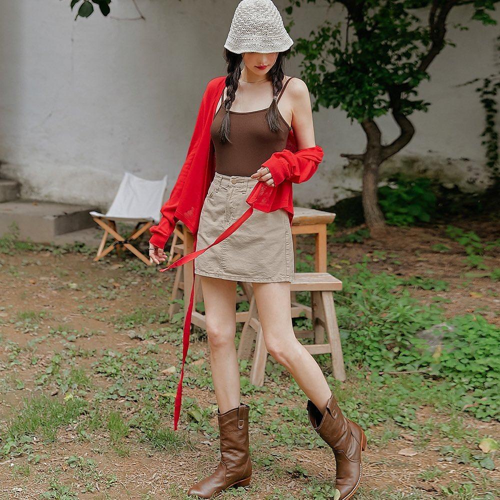 Một chiếc cardigan lửng kết hợp cùng áo hai dây và chân váy mang đến cho các cô gái diện mạo trẻ trung, năng động tựa như những nữ sinh học đường. Đây cũng là phong cách được girl Hàn đặc biệt ưa chuộng năm nay.