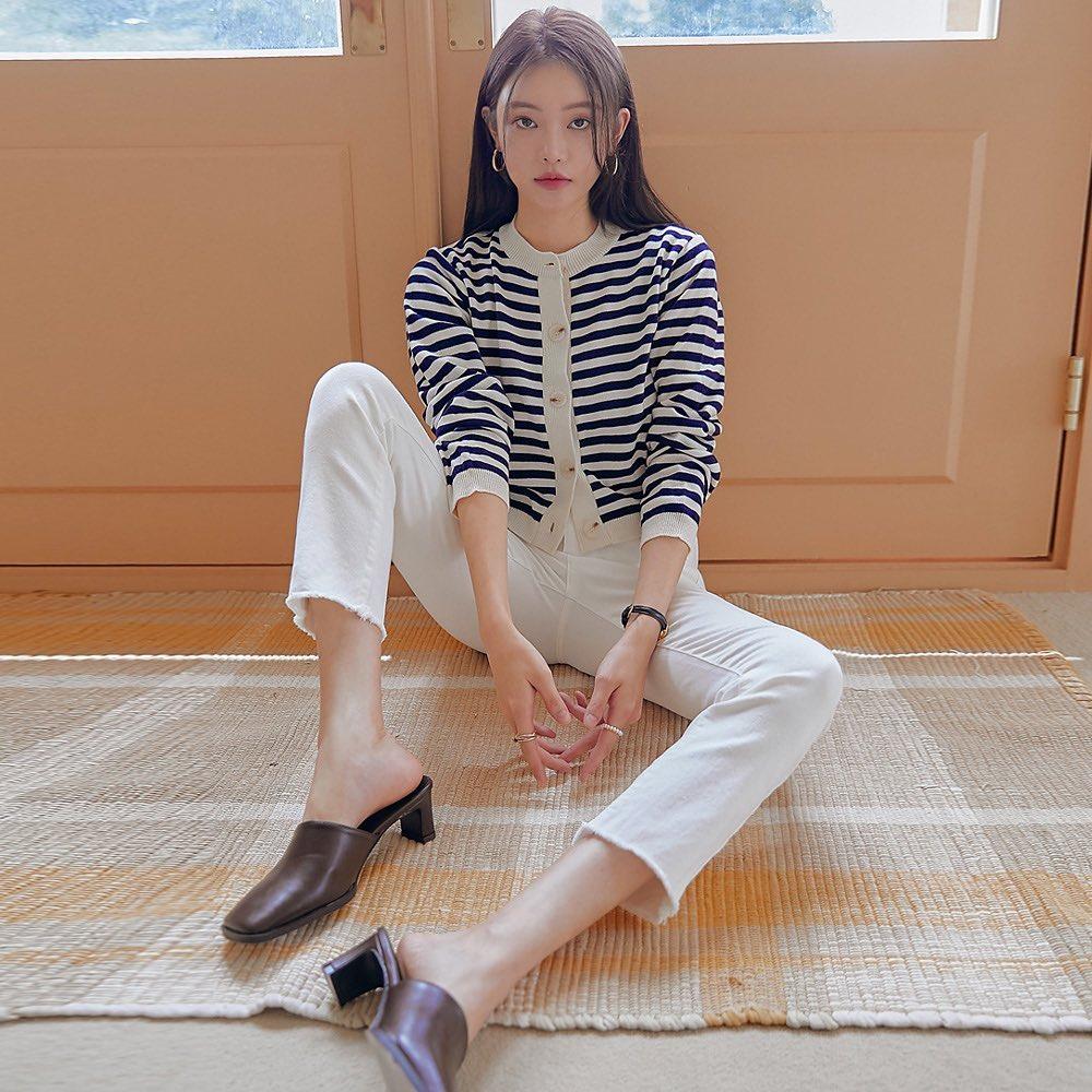 Muốn diện cardigan cùng quần sang chảnh, hãy chọn những chiếc áo len ôm dáng vừa vặn, tránh việc trông lùng bùng thiếu thẩm mỹ.