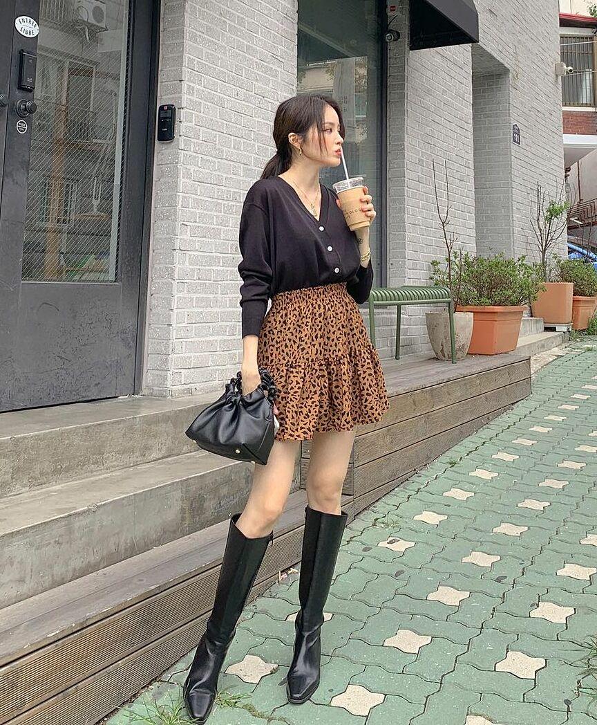 Một chiếc cardigan được mặc như áo len thông thường và cắm thùng cùng chân váy xòe là công thức cũng đang được các cô gái xứ kim chi yêu thích. Hàng cúc trên thân áo sẽ giúp set đồ có thêm điểm nhấn trẻ trung.