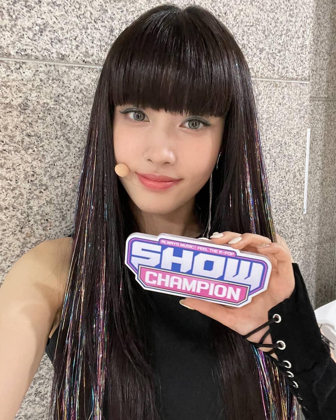 Yoon còn từng gắn cả sợi highlight nhũ kim tuyến lên tóc để tạo nét.