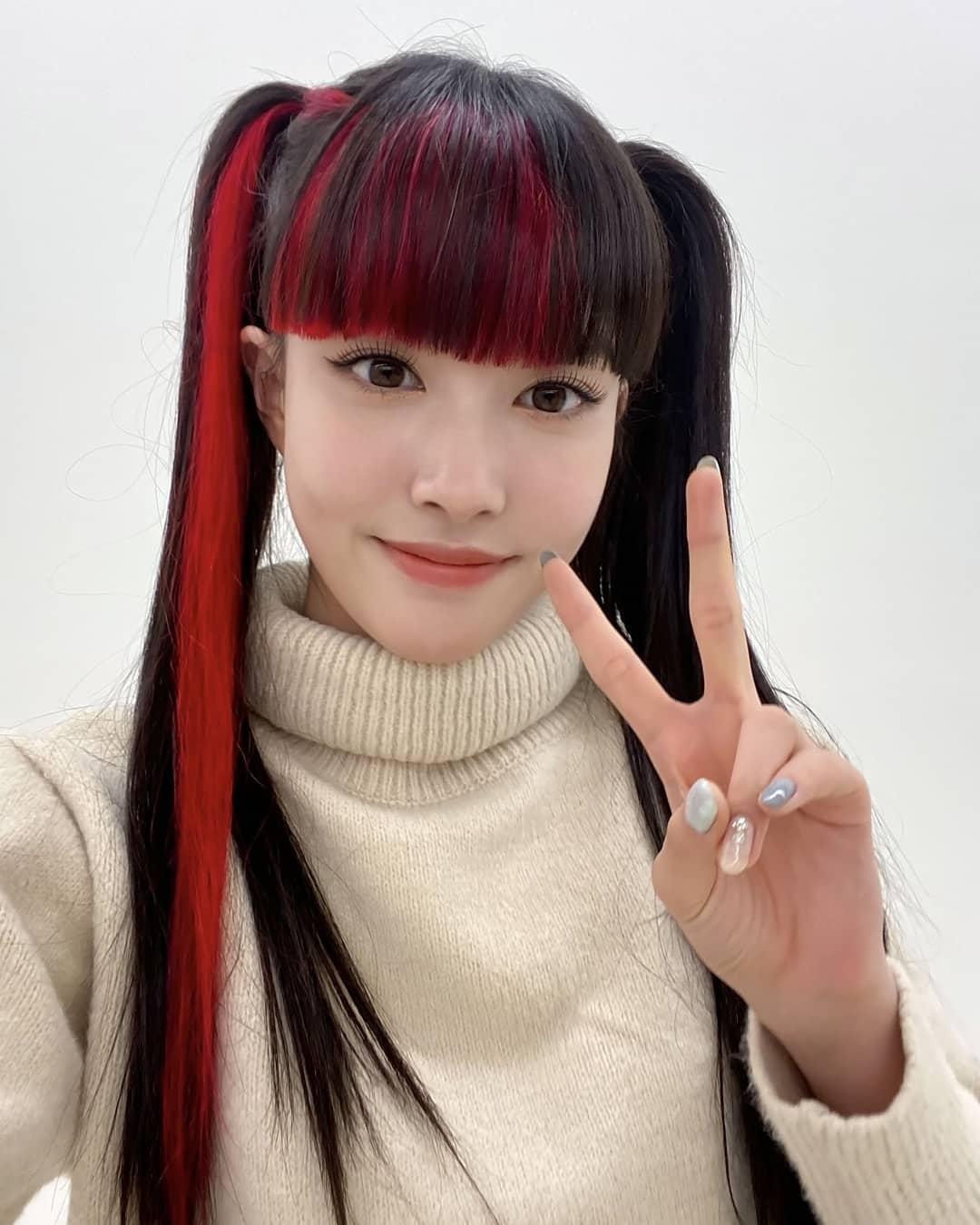 Phong cách của nữ idol trên sân khấu gắn liền với muôn vàn kiểu highlight, khi kẹp đan xen, khi kẹp nửa, tuy nhiên đều theo tiêu chí càng chóe càng tốt.