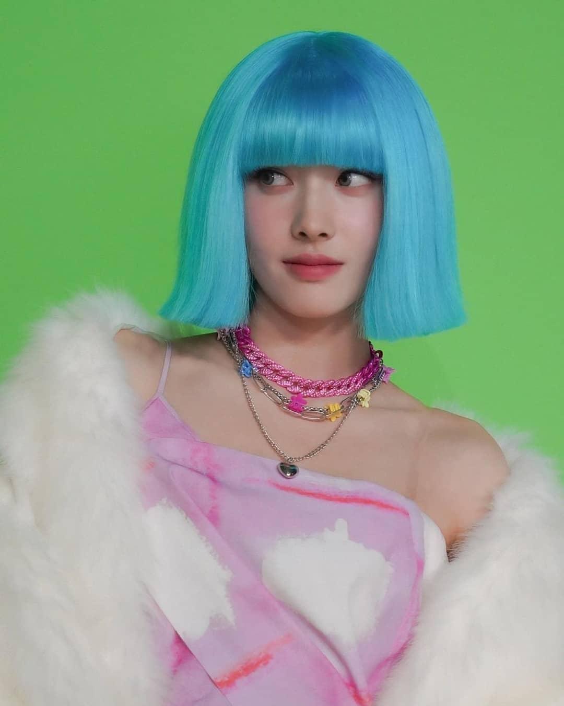 Cô nàng cũng chẳng ngại những bộ tóc giả lòe loẹt, là một thách thức với gương mặt mà không phải ai cũng dám thử.