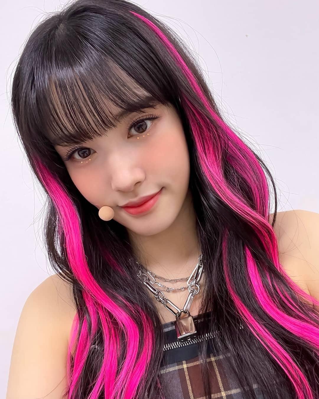 Đây chẳng phải là lần đầu tiên stylist có những sáng tạo gây tranh cãi với mái tóc của Yoon. Trước đó, cô nàng cũng thường xuyên là thành viên phải để đầu lòe loẹt nhất nhóm.