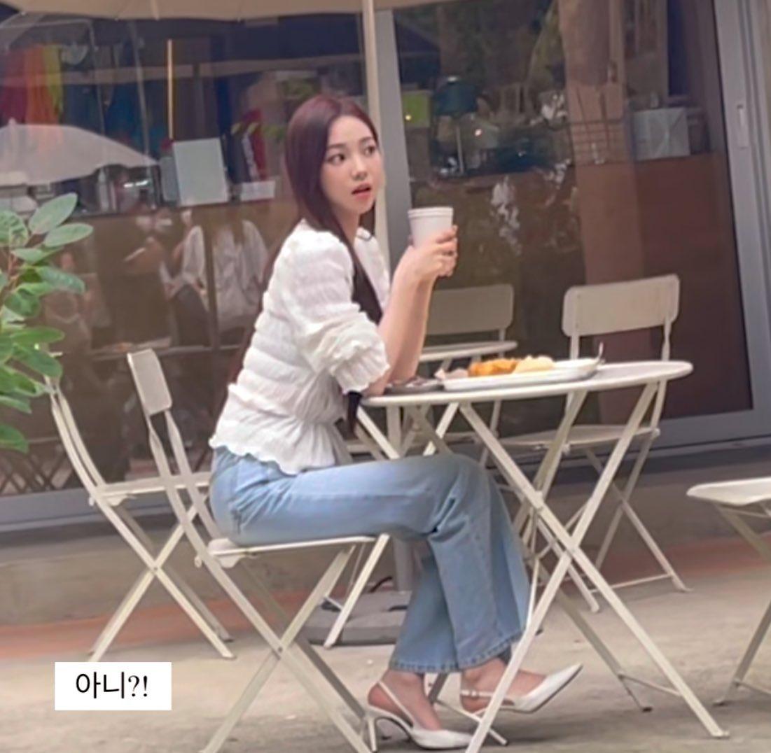 Hình ảnh gần đây nhất khi Karina ghi hình cho một lịch trình bí mật, nữ idol đã nhuộm màu tóc mới. Mặc dù vậy, fan vẫn phàn nàn khi stylist không chịu đổi kiểu tóc cho Karina.