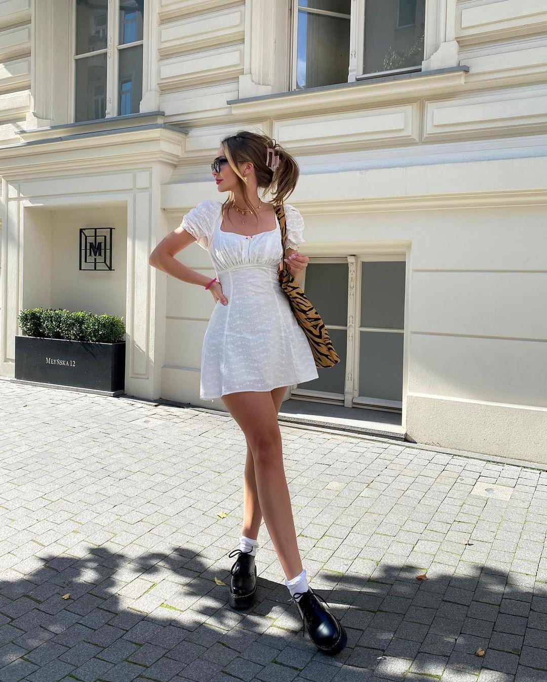 Không phải cứ mặc đồ thật sang chảnh, xa xỉ là sẽ thể hiện được tinh thần Old Money. Trang phục của bạn có thể rất đơn giản nhưng vẫn thể hiện được sự tinh tế, gu thẩm mỹ tuyệt vời của chủ nhân thông qua sự kết hợp ăn ý giữa váy áo và phụ kiện.