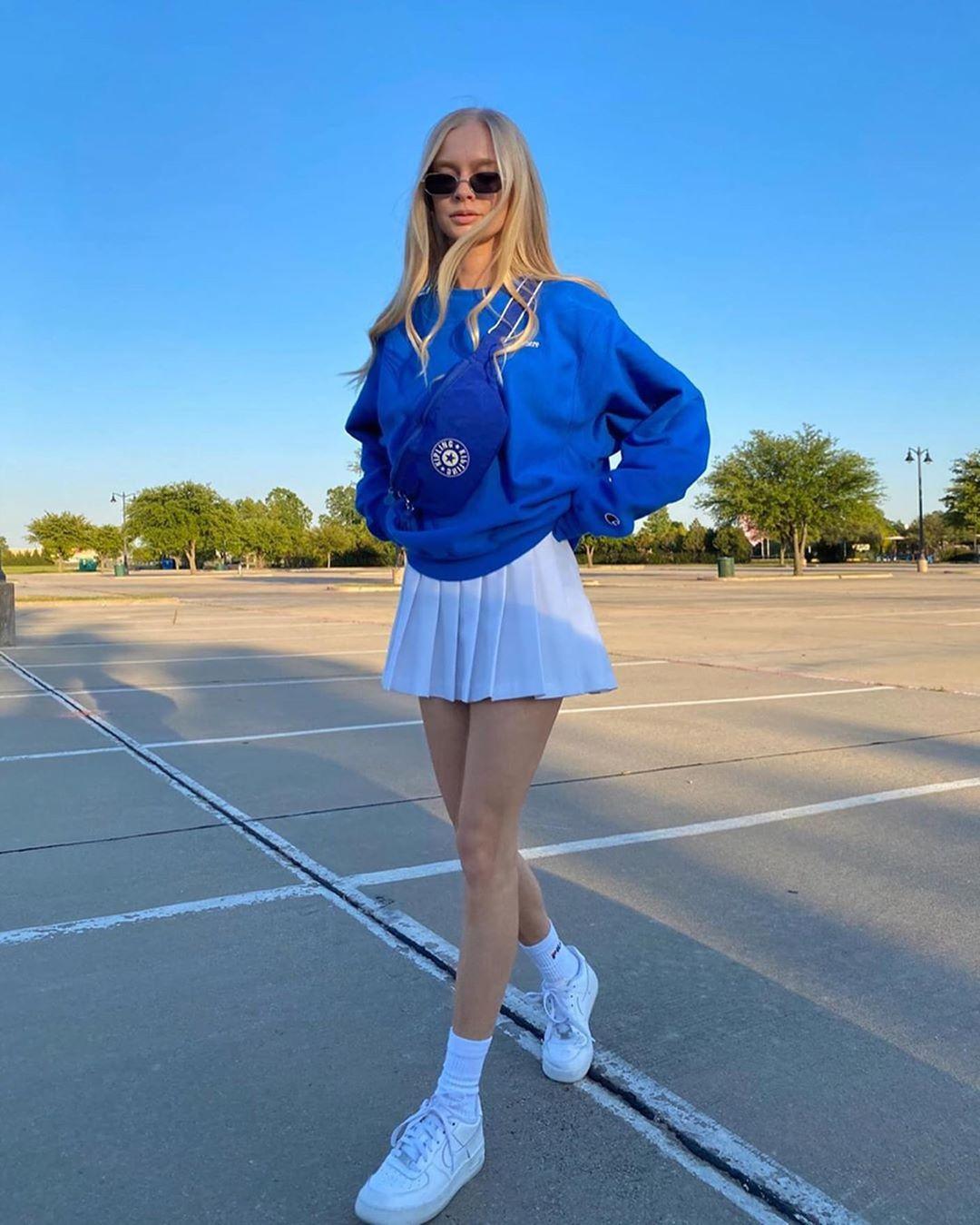 Không khó để thấy xu hướng diện đồ sporty này đang lên ngôi trên các mạng xã hội Instagram hay TikTok. Với một chiếc chân váy tennis, bạn có thể phối hợp đa dạng cùng các kiểu áo để tạo nên những set đồ thời thượng.