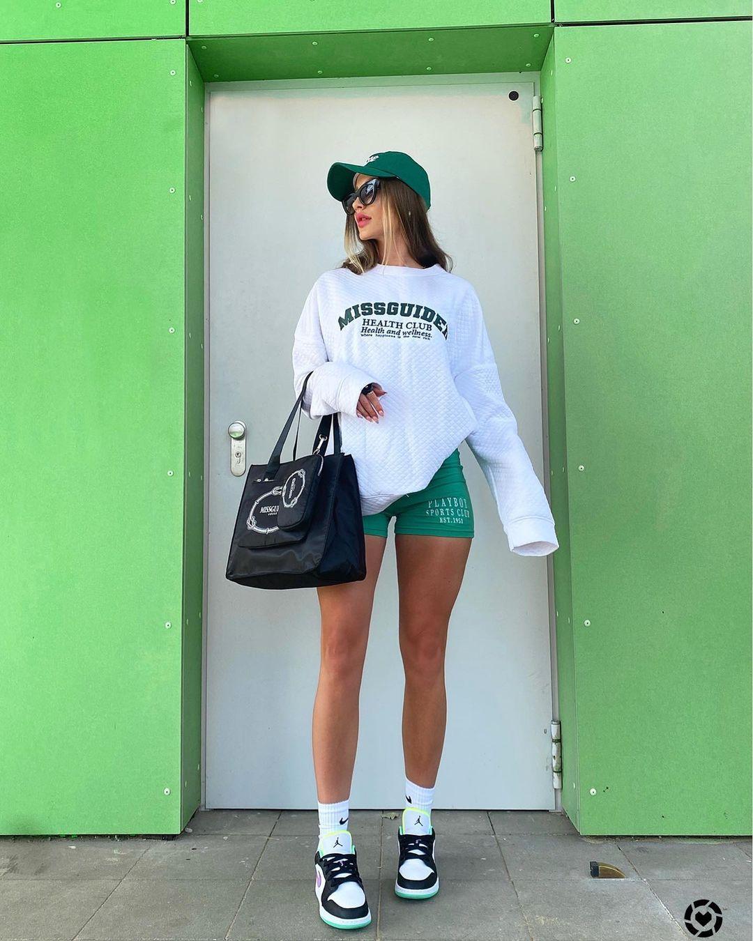 Ngoài chân váy tennis, kiểu quần biker shorts cũng được các cô gái Âu Mỹ chuộng phong cách thể thao yêu thích năm nay.