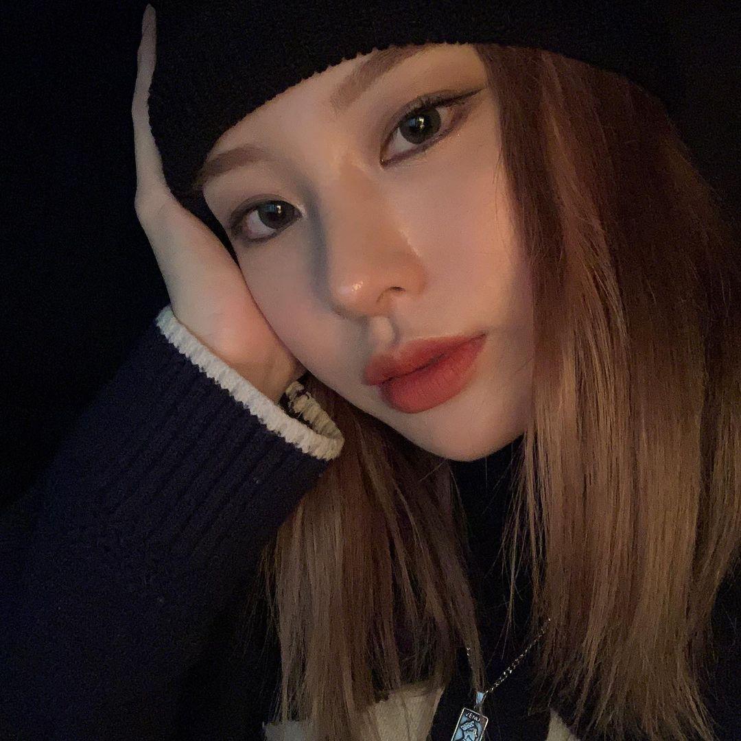 Noze tên thật là Noh Jihye, sinh năm 1996, từng học trường trung học nghệ thuật Hanlim - nơi đào tạo nhiều thần tượng Kpop.