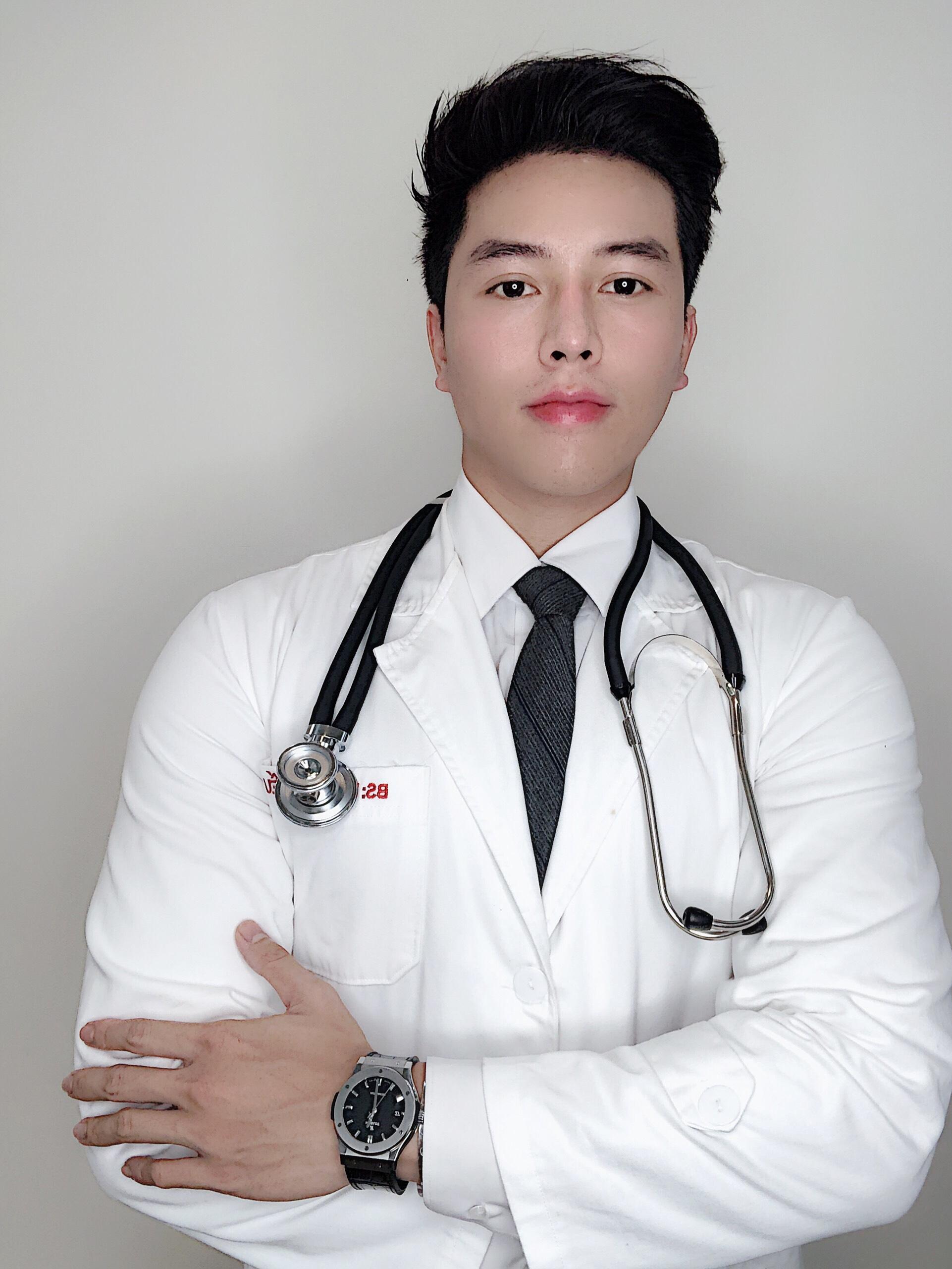 Đinh Huy Bình là chàng bác sĩ thẩm mỹ đang gây chú ý trên TikTok gần đây với gần 450 nghìn người theo dõi. Kênh của anh chàng có nhiều clip vượt mốc triệu view, viral trên mạng xã hội.