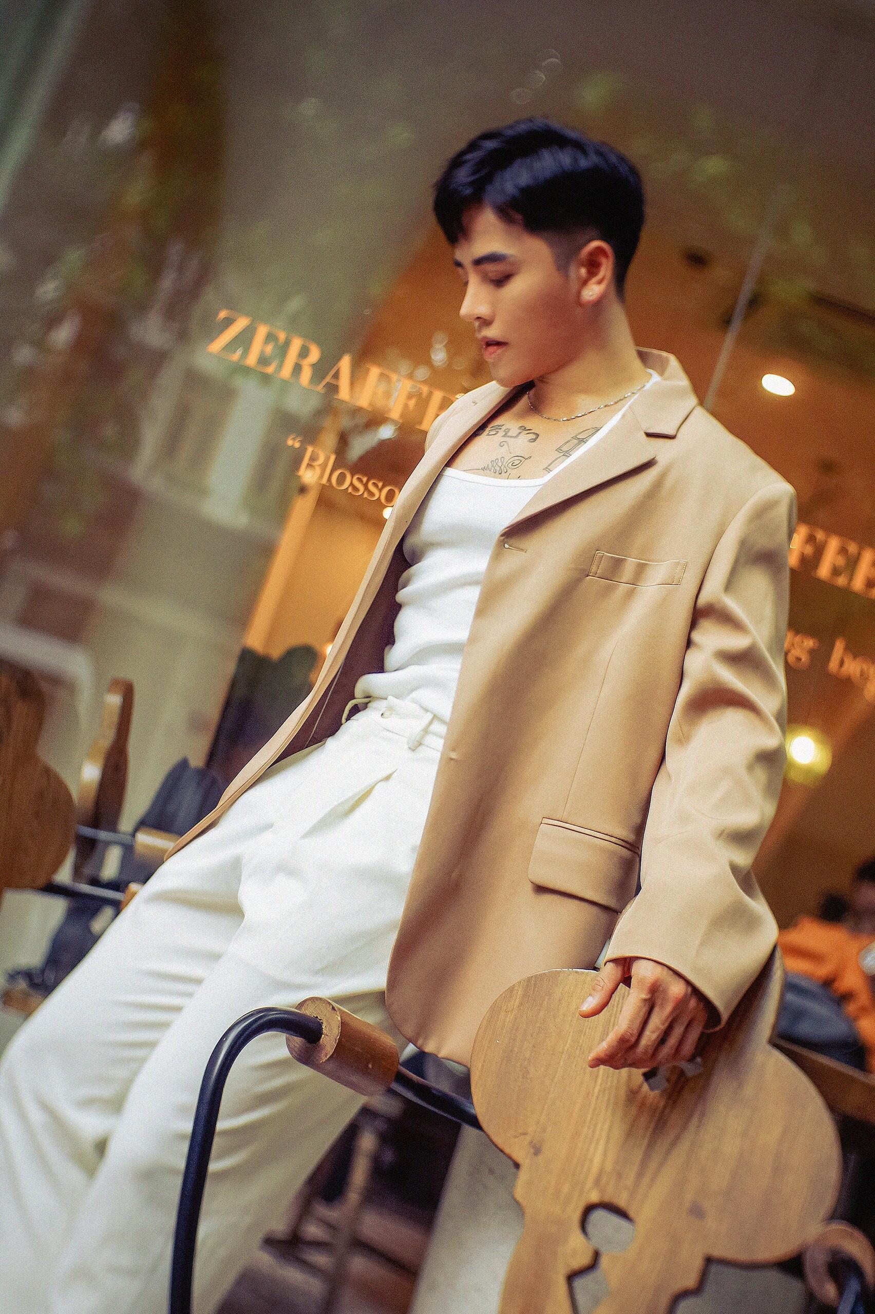 Khi không đi làm và cởi bỏ chiếc áo khoác blouse nghiêm túc, Huy Bình có style đời thường khá cá tính. Vẫn là những items casual như sơ mi, vest, quần Tây... tuy nhiên anh chàng biết cách tạo điểm nhấn để trang phục trông nổi bật và trendy hơn.