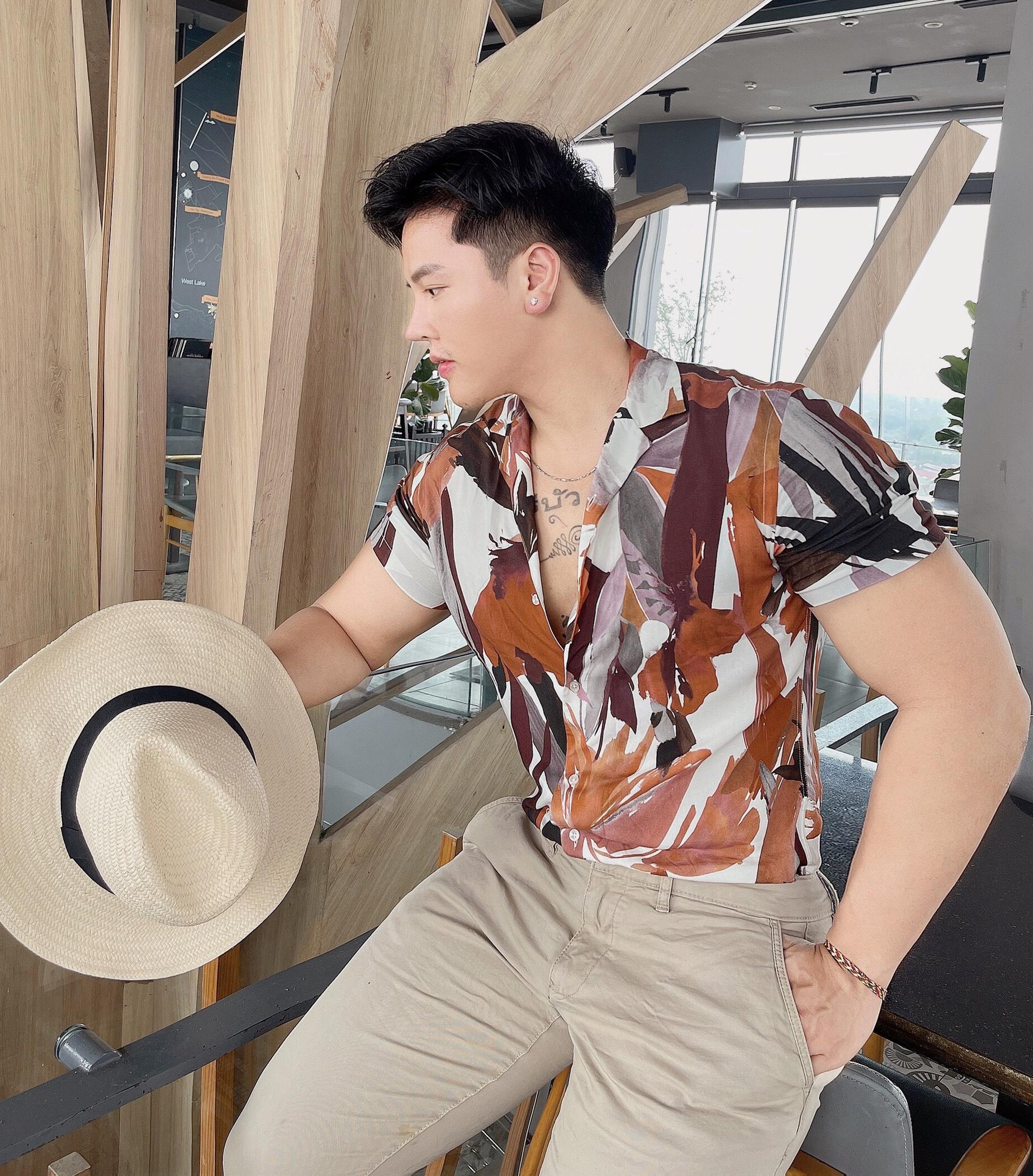 Trong tủ đồ của Huy Bình, những gam màu nam tính như đen, hay thanh lịch như nâu be chiếm đa số. Đây là các tông màu không chỉ phù hợp với nam giới mà còn không lỗi mốt theo thời gian, giúp anh chàng tạo nên vẻ ngoài tinh tế, không lòe loẹt.