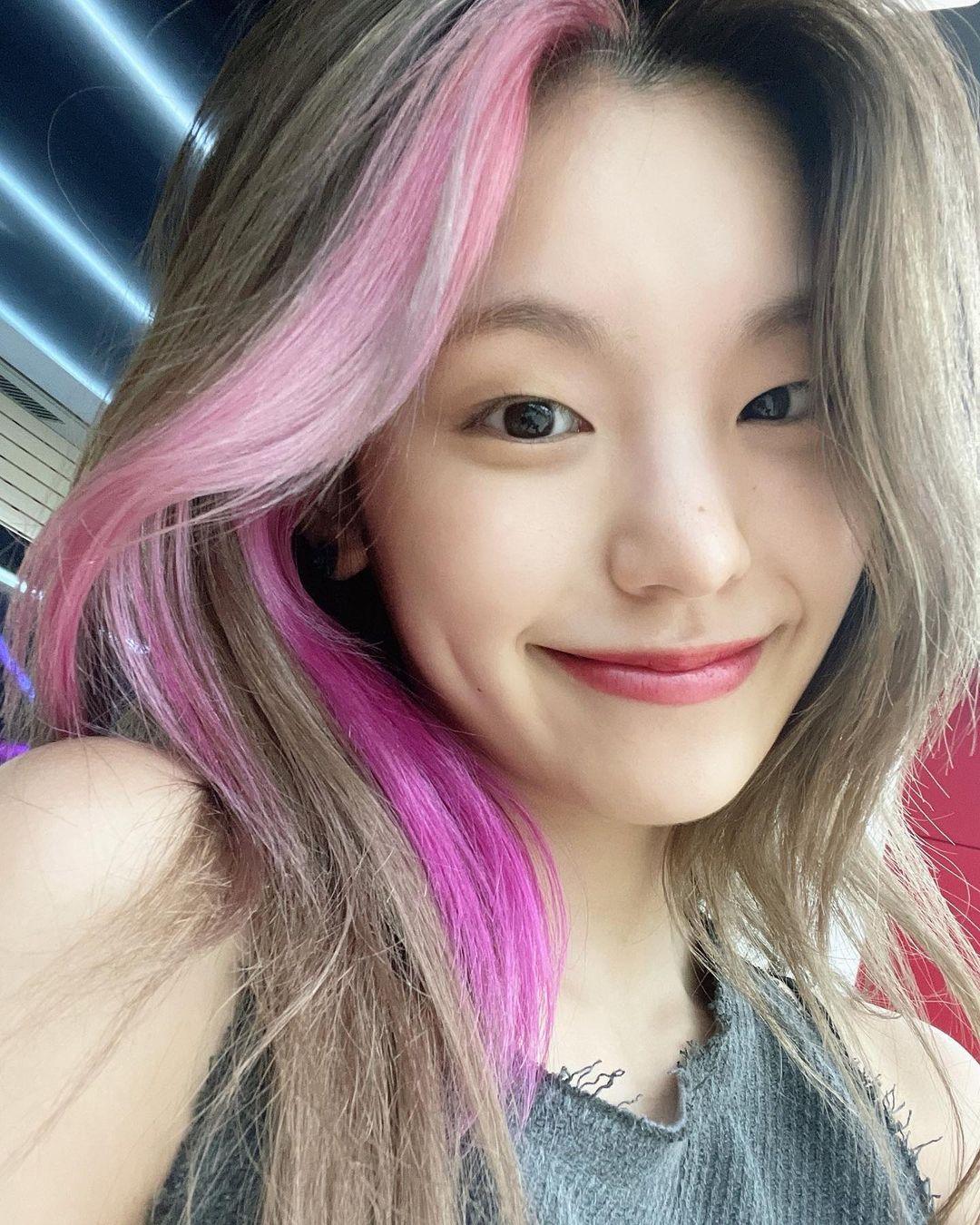 Yeji được stylist tạo kiểu tóc tẩy mái, nhuộm màu hồng tím siêu nổi bật. Vốn là thành viên có visual cá tính nhất trong ITZY, cô nàng luôn thử nghiệm những phong cách mới mẻ, thậm chí kén người nhất.