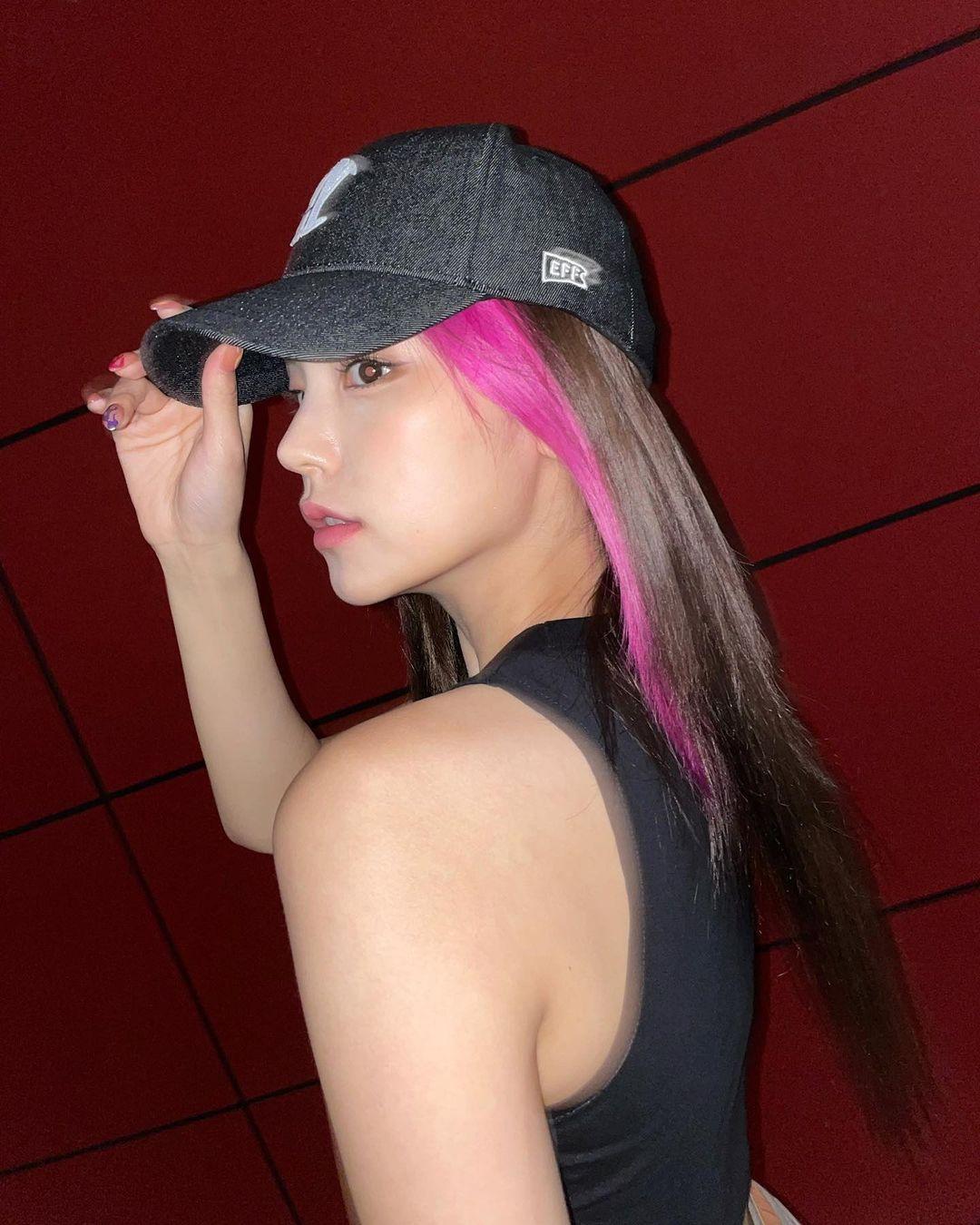 Kiểu tóc highlight của Yeji nhận không ít ý kiến trái chiều. Nhiều người khen nữ idol trông cực ngầu và chất chơi, bên cạnh đó không ít bình luận nhận xét phần highlight màu hồng quá chọi so với nền tóc tối màu của Yeji, khiến mái tóc của cô nàng bị chia lớp rõ rệt trông khá thiếu tự nhiên.