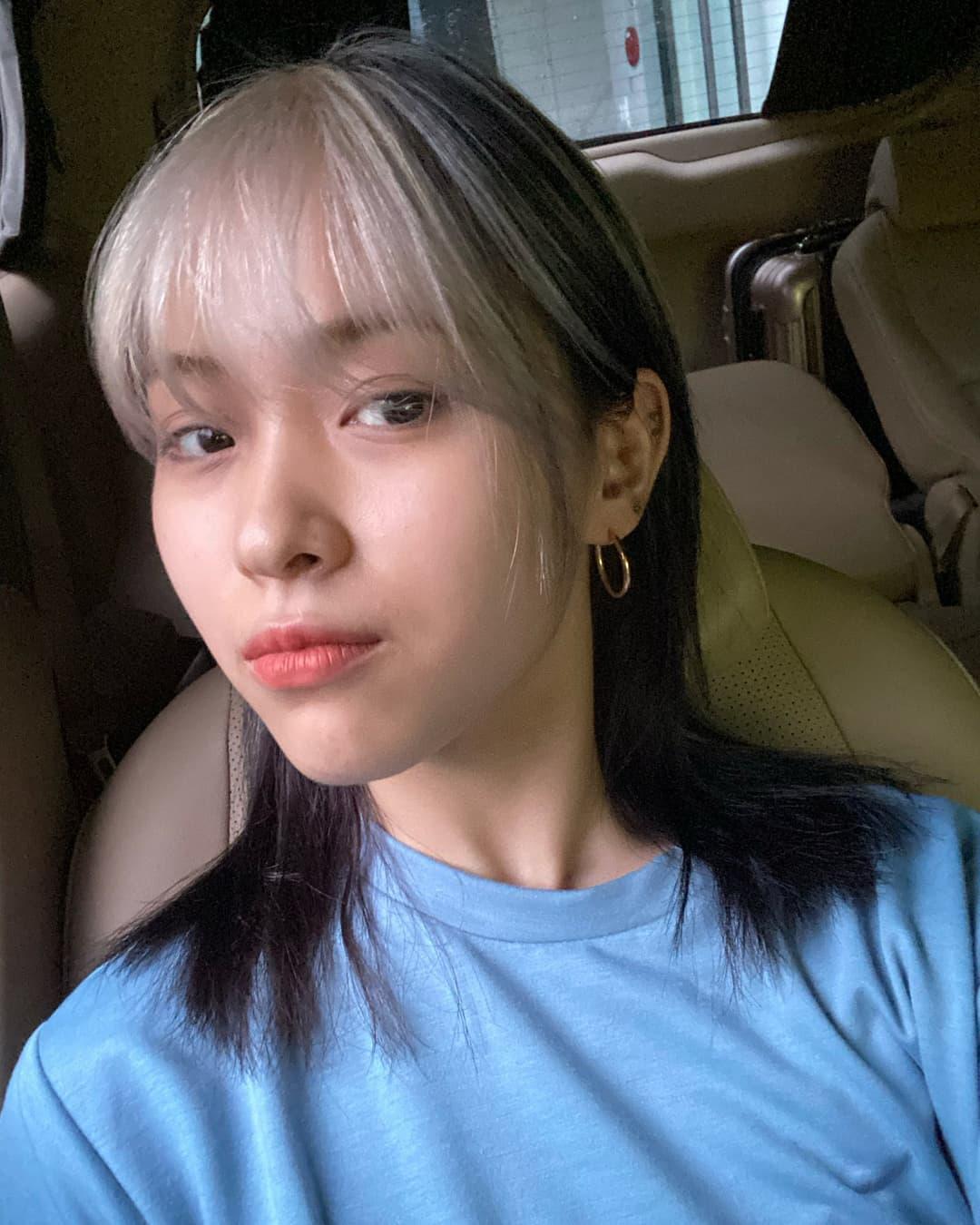Nếu như Yeji tạo điểm nhấn ở phần mái, Ryu Jin lại táo bạo nhuộm ombre kiểu layer. Phần tóc trên đỉnh đầu của cô nàng tẩy nhuộm màu bạch kim, trong khi đó lớp tóc ở trong vẫn giữ tông nâu trầm. Ngoài Yeji, Ryu Jin cũng là thành viên thường xuyên được stylist ứng dụng rất nhiều lối tóc màu nổi phá cách.