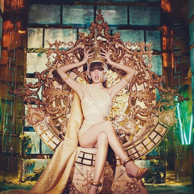 Sau nhiều ngày khiến người hâm mộ chờ đón, cuối cùng Lisa cũng tung MV solo đầu tiên Lalisa với khâu hình ảnh được đầu tư rất hoành tráng. Trong khi phần nghe vẫn còn gây tranh cãi, những trang phục được Lisa diện trong MV đáp ứng tiêu chí mãn nhãn, không có gì để chê. Gây ấn tượng nhất trong MV phải kể đến phân cảnh em út Black Pink xuất hiện trên chiếc ngai vàng, diện bộ trang phục lấy cảm hứng từ văn hóa của Thái Lan - quê nhà của Lisa.