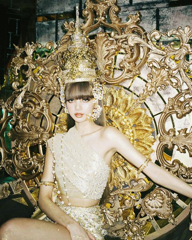 Thiết kế gồm áo lệch vai croptop, chân váy ngắn đi kèm loạt phụ kiện lấp lánh, tinh xảo. So với trang phục truyền thống của Thái Lan, bộ cánh này có nhiều biến tấu, tuy nhiên vẫn giữ những nét đặc trưng để giúp Lisa quảng bá văn hóa cổ truyền của quê nhà.