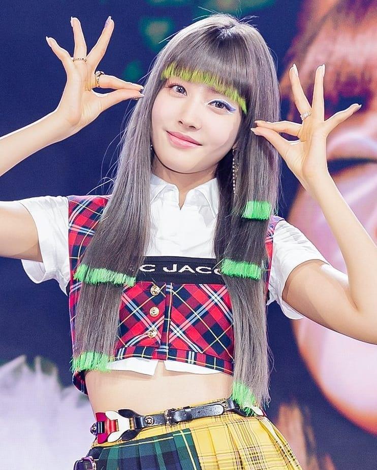 ... thì khi lên sân khấu, cô nàng lộ mái tóc xơ rối, phần đuôi tóc lem nhem như trẻ con tập vẽ. Không ít người nhận xét mái tóc của Yoon là thảm họa, may sao nữ idol có nhan sắc xinh đẹp vớt vát lại.