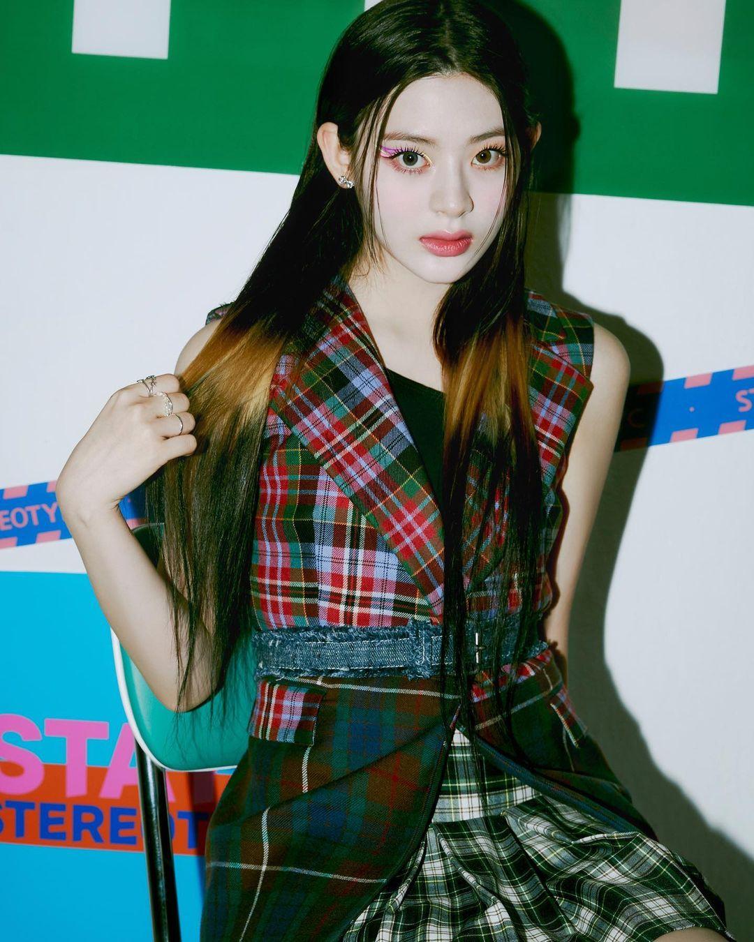 Se Eun cũng được tạo kiểu tóc màu nổi nhưng fail không kém. Phần tóc của cô nàng được chia làm 3 khúc với phần giữa tẩy nhuộm tông nâu vàng như bị cháy nắng, không hề ăn nhập với phần tóc tối màu còn lại.