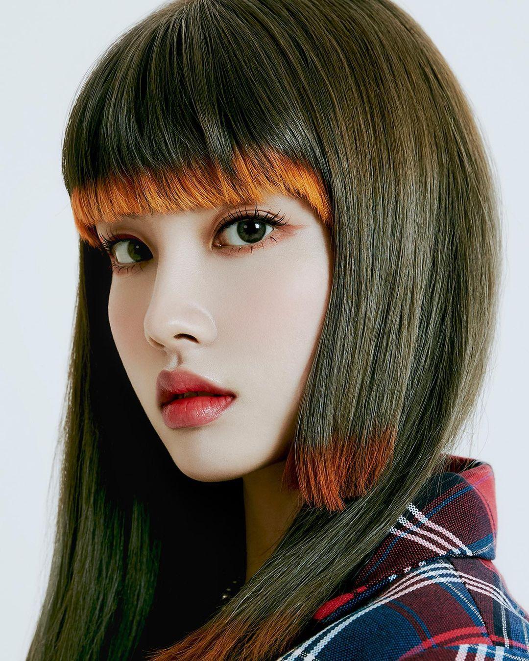 Chung số phận với ITZY, StayC cũng gây tranh cãi khi theo mốt tóc màu nổi hot trend. Thành viên Yoon trong đợt comeback mới đây được tạo kiểu tóc cắt layer như bậc thang, phần đuôi tóc nhuộm màu neon sặc sỡ.