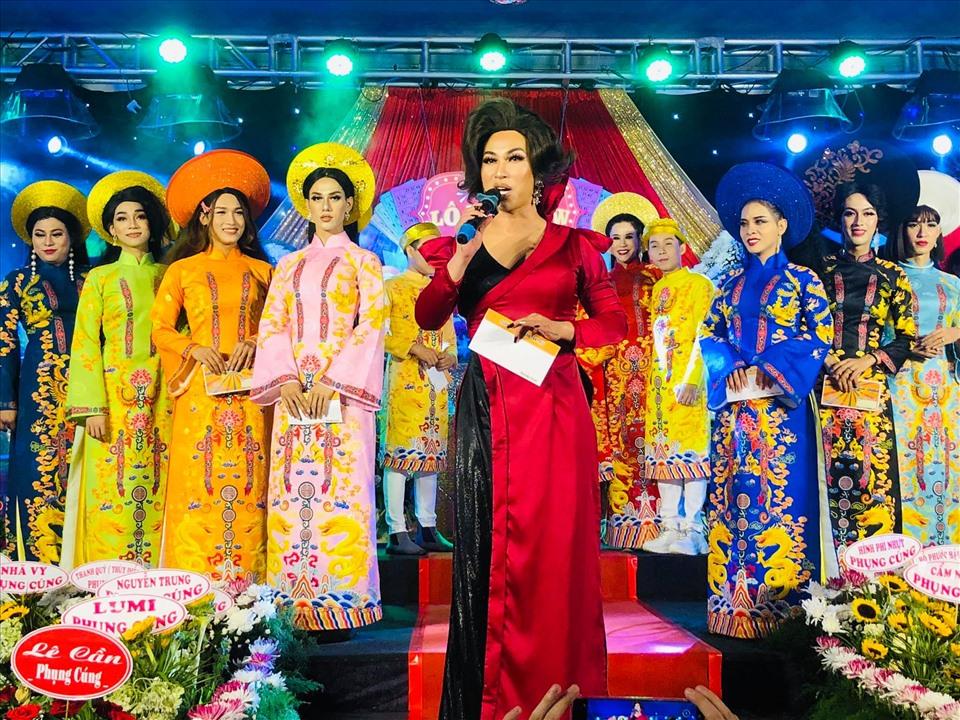 Lộ Lộ (cầm micro) cùng đoàn lô tô Sài Gòn Tân Thời trong lễ giỗ Tổ 2020.
