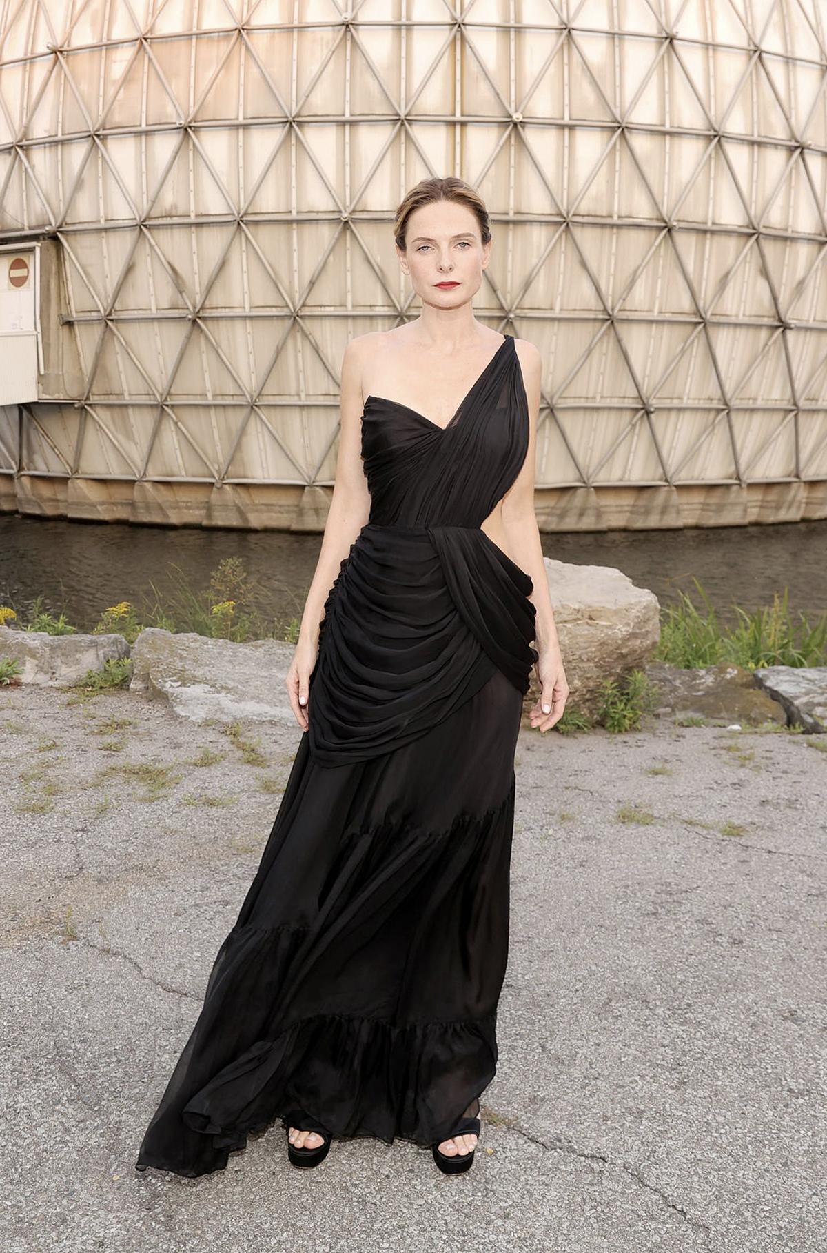 Rebecca Ferguson mặc váy Công Trí.