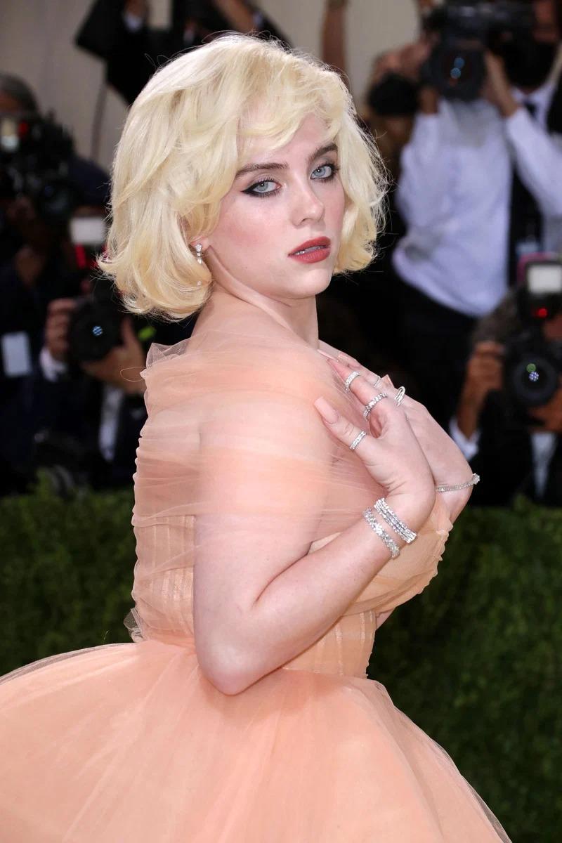 Một ngôi sao khác cũng gợi nhắc tới minh tinh màn bạc, là Billie Eilish diện theo phong cách Marilyn Monroe. Nữ ca sĩ làm tóc ngắn vàng, uốn xoăn tương tự Monroe và chọn kiểu trang điểm lấy cảm hứng từ Hollywood xưa cũ.